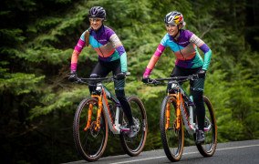 Emily Batty und Laurie Arsenault sind Team «Canyon MTB Racing»