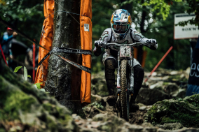 uci-world-cup-les-gets-dh-women-live-art.jpg